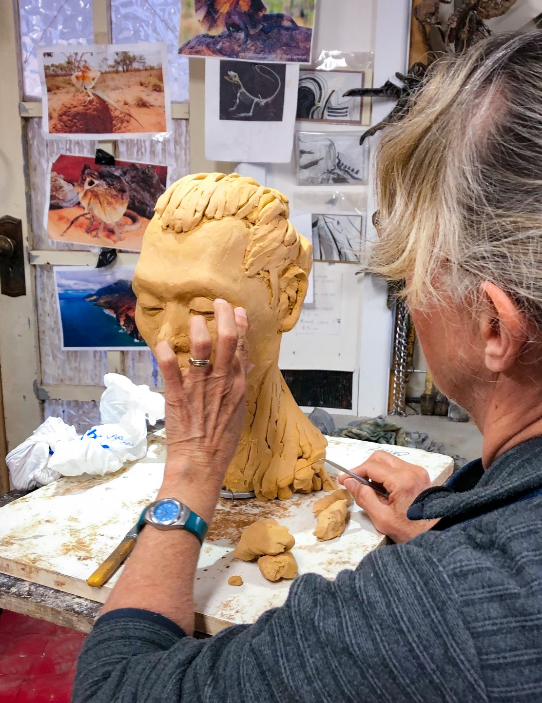 Class Image – Student Sculpting in Lifeclass Intensive